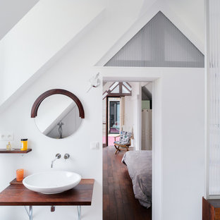 Photo of a mid-sized scandinavian master bathroom in Rennes with a vessel sink, white walls, wood benchtops and dark hardwood floors.