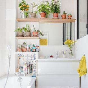 Foto de cuarto de baño infantil, actual, con armarios con paneles lisos, puertas de armario blancas, bañera esquinera, baldosas y/o azulejos en mosaico, paredes blancas, suelo marrón y encimeras blancas