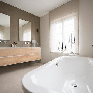 Badezimmer mit freistehender Badewanne in Frankreich Ideen ...