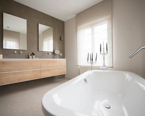 Salle de bain contemporaine avec des portes de placard en for Porte placard salle de bain bois
