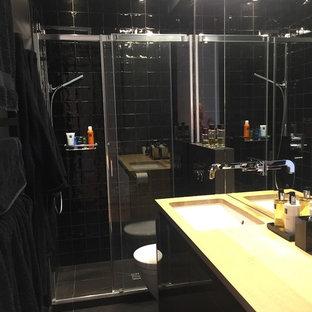 Diseño de cuarto de baño principal, actual, pequeño, con armarios con paneles lisos, puertas de armario negras, ducha a ras de suelo, sanitario de pared, baldosas y/o azulejos negros, baldosas y/o azulejos de terracota, paredes negras, suelo de baldosas de cerámica, lavabo bajoencimera y encimera de madera