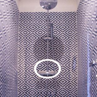 Foto di una piccola stanza da bagno con doccia design con pareti bianche, pavimento in laminato, lavabo a consolle e porta doccia a battente