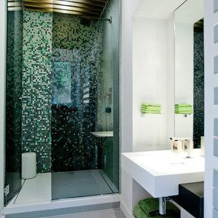 Cette photo montre une petite salle de bain tendance avec un carrelage multicolore, un mur blanc et un lavabo suspendu.