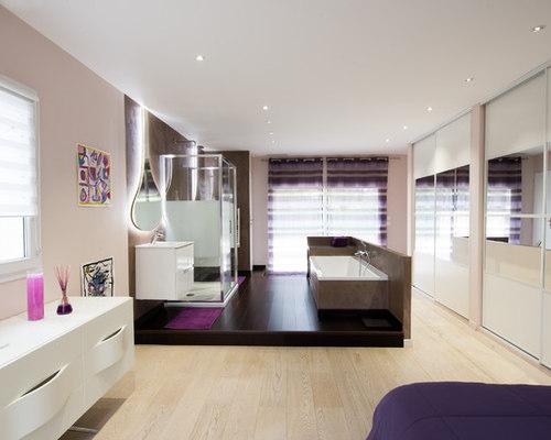 Une suite parentale avec salle de bain centrale sur une for Estrade salle de bain
