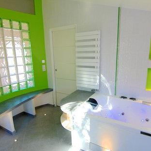 Foto di una grande stanza da bagno design con nessun'anta, ante verdi, vasca idromassaggio, doccia a filo pavimento, WC a due pezzi, piastrelle bianche, piastrelle in gres porcellanato, pareti verdi, pavimento con piastrelle in ceramica, lavabo sottopiano e top in cemento