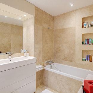 Ispirazione per una stanza da bagno padronale bohémian di medie dimensioni con ante bianche, vasca sottopiano, piastrelle beige, piastrelle in travertino, pavimento in travertino, lavabo rettangolare, top in marmo e pavimento beige