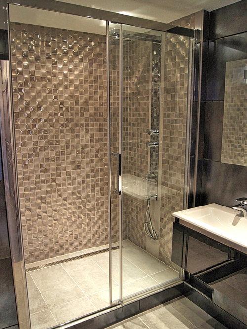 Stanza da bagno con piastrelle beige e pareti viola foto - Piastrelle bagno viola ...