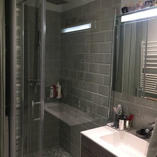 Ispirazione per una piccola stanza da bagno con doccia minimal con doccia a filo pavimento, piastrelle diamantate, pareti verdi, pavimento in cemento, lavabo a consolle, pavimento verde e porta doccia a battente