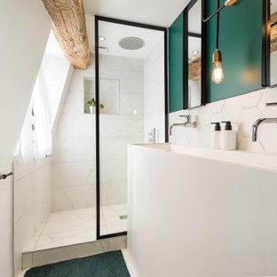 Cette image montre une douche en alcôve design avec un carrelage blanc, un mur vert, une grande vasque, un sol blanc, aucune cabine, une niche et meuble double vasque.