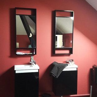 Esempio di una grande stanza da bagno padronale design con ante di vetro, ante nere, piastrelle rosa, pareti rosa, pavimento in legno verniciato, lavabo sospeso, top in vetro e pavimento multicolore