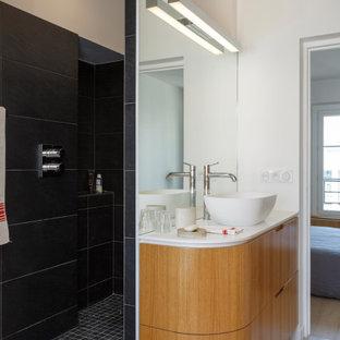Réalisation d'une salle de bain design de taille moyenne avec un placard à porte plane, des portes de placard en bois brun, un mur blanc, un sol en carrelage de porcelaine, une vasque, un sol gris, aucune cabine, un plan de toilette blanc, une niche, meuble simple vasque et meuble-lavabo suspendu.