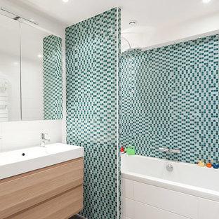 Idee per una stanza da bagno padronale nordica di medie dimensioni con vasca da incasso, piastrelle blu, piastrelle a mosaico, pareti bianche, lavabo sottopiano e vasca/doccia