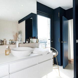 Réalisation d'une salle de bain principale design de taille moyenne avec des portes de placard blanches, un carrelage beige, un mur beige, une vasque, un placard à porte plane, une baignoire indépendante, un combiné douche/baignoire, un WC séparé, des carreaux de céramique, un sol beige et un plan de toilette blanc.