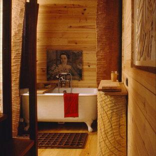 Kleines Asiatisches Badezimmer En Suite mit Löwenfuß-Badewanne, Wandtoilette mit Spülkasten, beiger Wandfarbe, hellem Holzboden, Sockelwaschbecken und beigem Boden in Paris