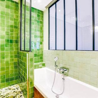 Modelo de cuarto de baño principal, tradicional renovado, pequeño, con ducha empotrada, baldosas y/o azulejos verdes, baldosas y/o azulejos de terracota, paredes verdes, suelo de madera clara, lavabo encastrado, encimera de madera, suelo marrón, ducha con puerta con bisagras y encimeras marrones