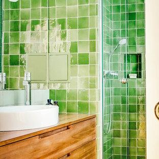 Foto de cuarto de baño principal, tradicional renovado, pequeño, con bañera encastrada sin remate, ducha empotrada, baldosas y/o azulejos verdes, baldosas y/o azulejos de terracota, paredes verdes, suelo de madera clara, lavabo encastrado, encimera de madera, suelo marrón, ducha con puerta con bisagras y encimeras marrones