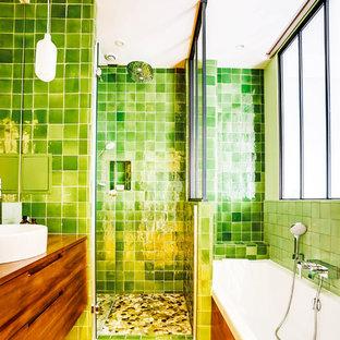 Idee per una piccola stanza da bagno padronale tradizionale con vasca sottopiano, doccia alcova, piastrelle verdi, piastrelle in terracotta, pareti verdi, parquet chiaro, lavabo da incasso, top in legno, pavimento marrone, porta doccia a battente e top marrone