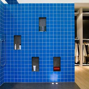 Inspiration pour une salle d'eau design de taille moyenne avec un carrelage bleu, un mur bleu et une douche à l'italienne.