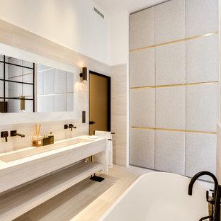 Cette image montre une salle de bain principale design avec un placard sans porte, des portes de placard beiges, un carrelage beige, un mur blanc, une grande vasque, un sol beige et un plan de toilette beige.
