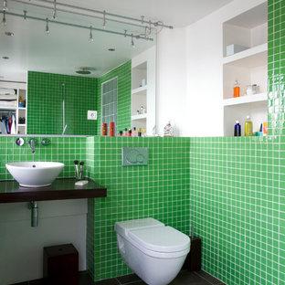 Aménagement d'une salle d'eau contemporaine de taille moyenne avec une vasque, un WC suspendu, un carrelage vert, un mur blanc, un placard sans porte, des portes de placard blanches, une douche ouverte et aucune cabine.