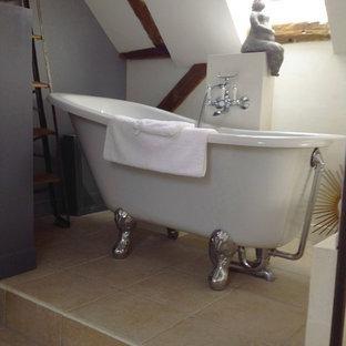 Modelo de cuarto de baño principal, retro, pequeño, con bañera con patas, paredes grises, suelo de baldosas de cerámica, lavabo con pedestal, encimera de zinc y suelo beige
