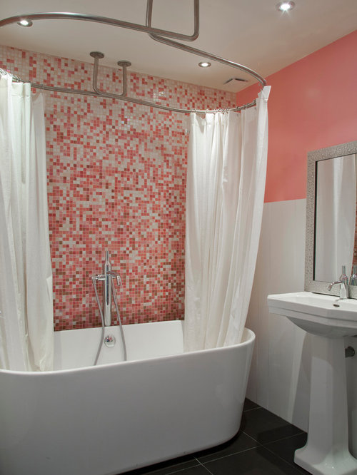 Salle de bain avec un mur rose photos et id es d co de for Carrelage mosaique rose