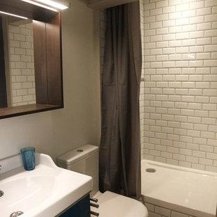 Foto de cuarto de baño principal, contemporáneo, pequeño, con suelo amarillo, armarios con rebordes decorativos, puertas de armario blancas, ducha esquinera, bidé, baldosas y/o azulejos blancos, azulejos en listel, paredes blancas, lavabo de seno grande, encimera de azulejos y ducha con cortina