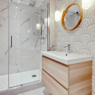 Свежая идея для дизайна: главная ванная комната среднего размера в современном стиле с фасадами с декоративным кантом, бежевыми фасадами, душем без бортиков, инсталляцией, разноцветной плиткой, цементной плиткой, белыми стенами, полом из керамической плитки, консольной раковиной, белым полом, душем с раздвижными дверями и белой столешницей - отличное фото интерьера