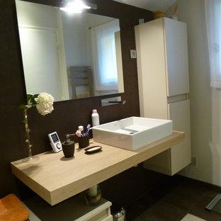 パリの中サイズのコンテンポラリースタイルのおしゃれなマスターバスルーム (アンダーマウント型浴槽、茶色いタイル、茶色い壁、セラミックタイルの床、壁付け型シンク、ラミネートカウンター、茶色い床、ベージュのカウンター) の写真