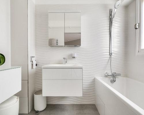 Petite salle de bain avec une baignoire en alc ve photos for Placard suspendu salle de bain