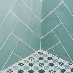 Ispirazione per una piccola stanza da bagno con doccia nordica con doccia a filo pavimento, WC sospeso, piastrelle blu, piastrelle in ceramica, pareti bianche, pavimento con piastrelle in ceramica, lavabo sospeso, top in superficie solida, pavimento blu, doccia aperta e top bianco