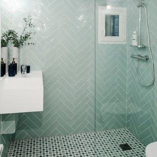 Immagine di una piccola stanza da bagno con doccia nordica con WC sospeso, piastrelle blu, piastrelle in ceramica, pavimento con piastrelle in ceramica, lavabo sospeso, top in superficie solida, doccia aperta, top bianco, doccia aperta e pavimento multicolore