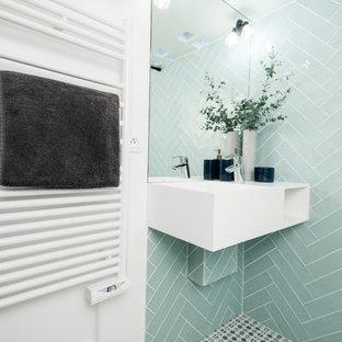 Идея дизайна: маленькая ванная комната в скандинавском стиле с душем без бортиков, инсталляцией, синей плиткой, керамической плиткой, белыми стенами, полом из керамической плитки, душевой кабиной, подвесной раковиной, столешницей из искусственного камня, синим полом, открытым душем и белой столешницей