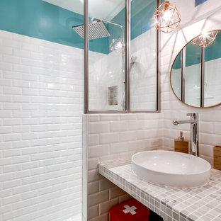 Immagine di una piccola stanza da bagno con doccia scandinava con doccia a filo pavimento, WC sospeso, piastrelle bianche, piastrelle diamantate, pareti verdi, pavimento in cementine, lavabo a consolle e top in marmo