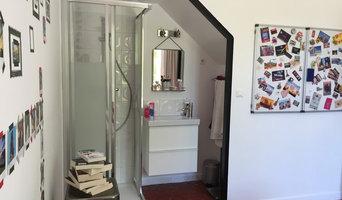 Une douche de chambre dans un sous escalier existant
