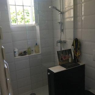 Idee per una piccola stanza da bagno padronale minimal con nessun'anta, ante grigie, vasca ad angolo, WC sospeso, piastrelle bianche, piastrelle in ceramica, pareti bianche, lavabo sottopiano, top piastrellato e porta doccia a battente