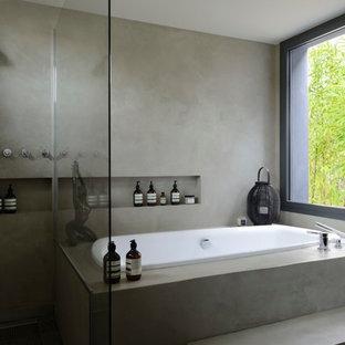 Inspiration pour une grand salle de bain principale asiatique avec un placard sans porte, une baignoire posée, une douche à l'italienne, un mur gris, béton au sol et aucune cabine.