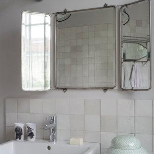 Cette image montre une salle de bain principale design de taille moyenne avec un carrelage blanc, un mur blanc et un lavabo posé.