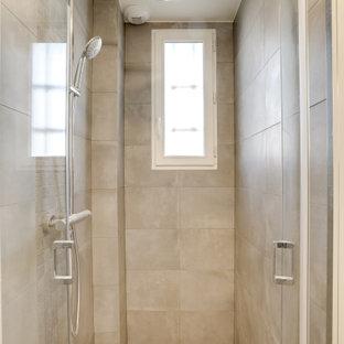 Immagine di una piccola stanza da bagno con doccia moderna con doccia alcova, piastrelle in ceramica, pareti grigie, pavimento rosso, porta doccia a battente e mobile bagno sospeso