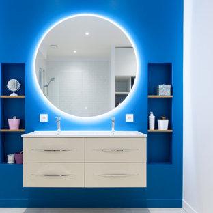 Inspiration pour une grand salle de bain principale design avec un placard sans porte, des portes de placard blanches, une douche à l'italienne, un carrelage blanc, des carreaux de céramique, un mur bleu, un sol en carrelage de céramique, une grande vasque, un plan de toilette en surface solide, un sol beige, aucune cabine et un plan de toilette blanc.