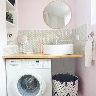 Ispirazione per una stanza da bagno con doccia contemporanea di medie dimensioni con nessun'anta, ante bianche, WC sospeso, piastrelle gialle, piastrelle di cemento, pareti rosa, parquet chiaro, lavabo a bacinella, top in legno e top marrone