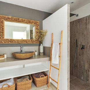 Foto di una stanza da bagno con doccia eclettica di medie dimensioni con doccia a filo pavimento, pareti beige, pavimento con piastrelle in ceramica, lavabo a bacinella, top piastrellato, pavimento beige e top beige