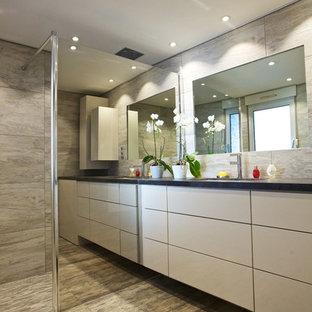 Aménagement d'une salle d'eau contemporaine de taille moyenne avec une douche à l'italienne, un carrelage gris, un mur gris et un lavabo intégré.