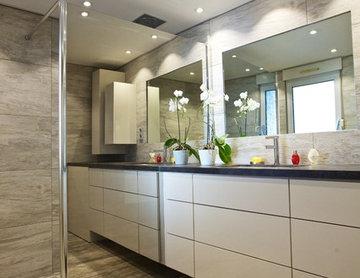 Une salle de bain aspect minéral, bois périfié et ardoise