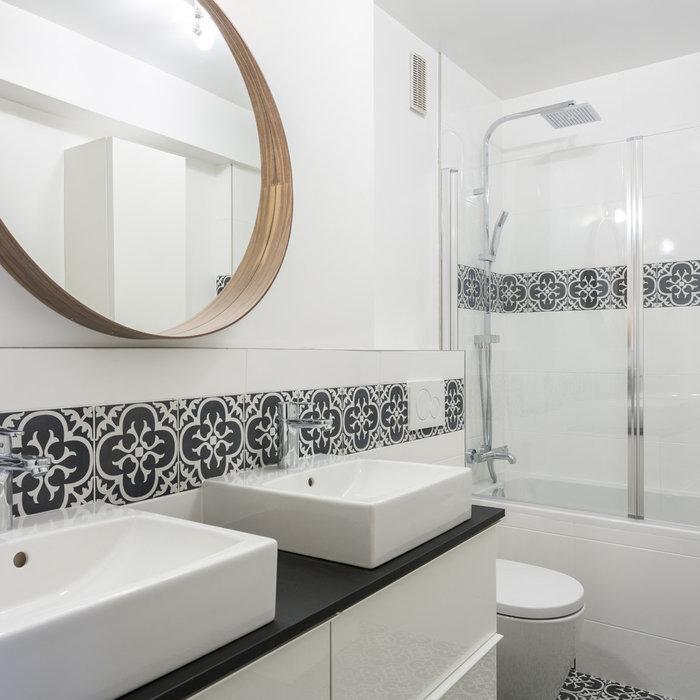 Rénovation d'une  salle de bain en noir et blanc pour les futurs locataires