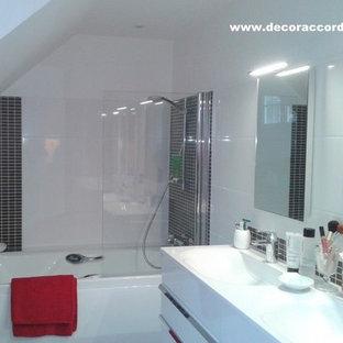Ispirazione per una piccola stanza da bagno padronale design con ante bianche, vasca sottopiano, WC sospeso, piastrelle bianche, piastrelle in ceramica, pareti bianche, pavimento in linoleum, lavabo a consolle e top in superficie solida