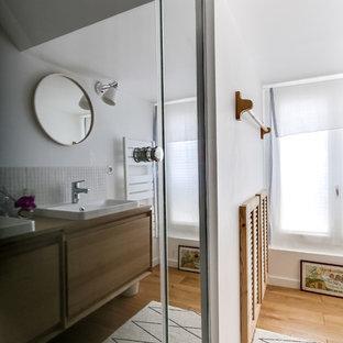 Immagine di una piccola stanza da bagno con doccia nordica con ante a persiana, ante con finitura invecchiata, doccia a filo pavimento, piastrelle beige, piastrelle a mosaico, pareti bianche, lavabo a bacinella e pavimento in legno massello medio