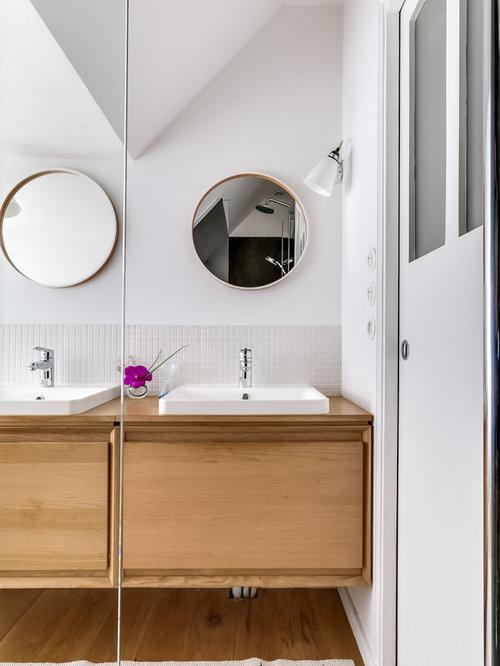 Salle de bain avec des portes de placard en bois vieilli for Porte de placard salle de bain