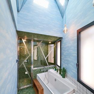 Idee per una stanza da bagno padronale contemporanea di medie dimensioni con vasca sottopiano, doccia a filo pavimento, piastrelle bianche, pareti blu, pavimento con piastrelle in ceramica, top in legno, pavimento verde, porta doccia a battente e top marrone