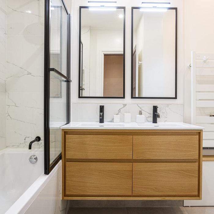 Une salle de bains black & white